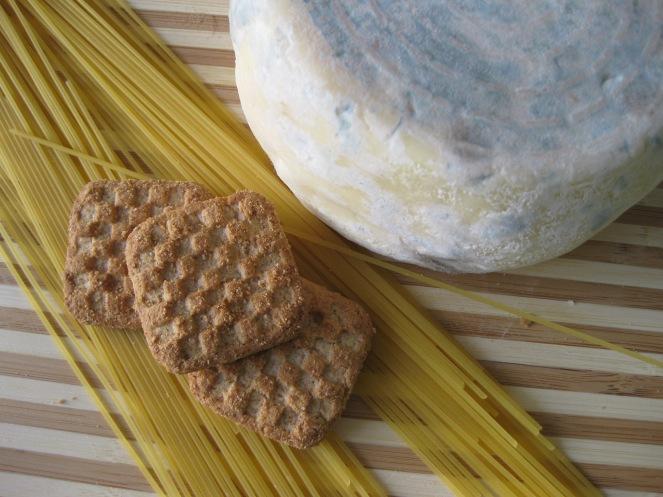 formaggio, pasta e biscotti