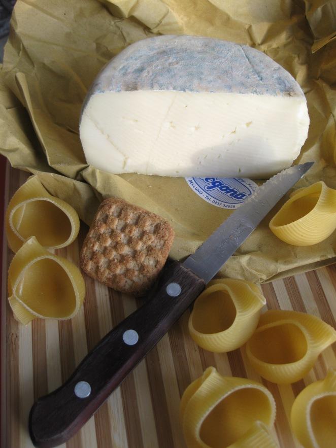 formaggio, pasta e biscotti integrali