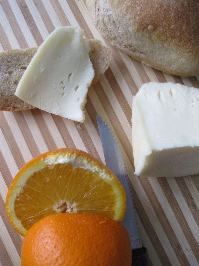 formaggio morbido, pane e arancia