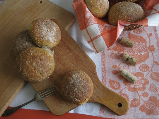 Wheat bran, oats and anise rolls