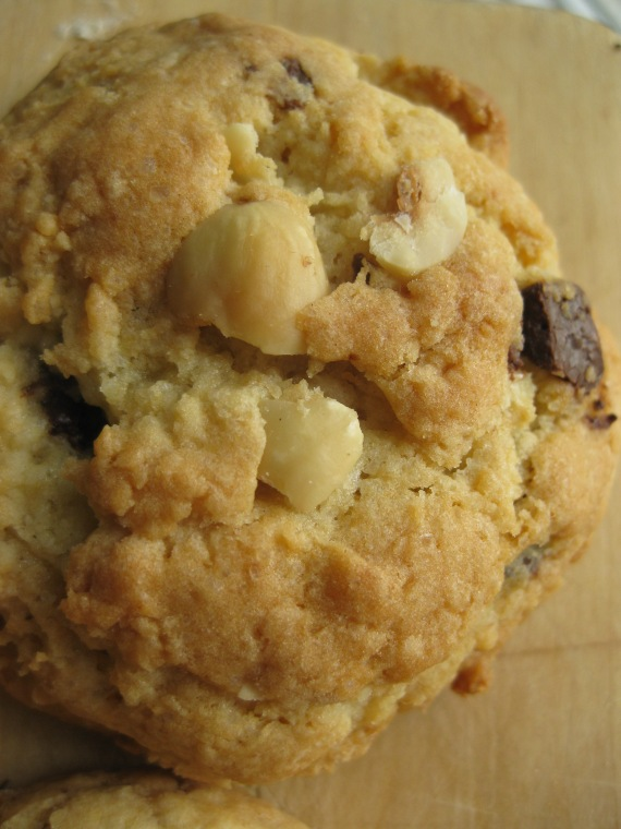 Levain Bakery Chocolate Chip Cookies from www.browneyedbaker.com