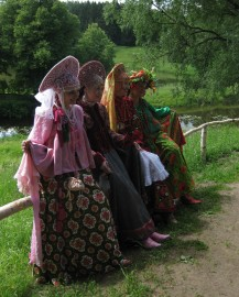 Women in traditional Russian costumes in Pavlovsk Park
